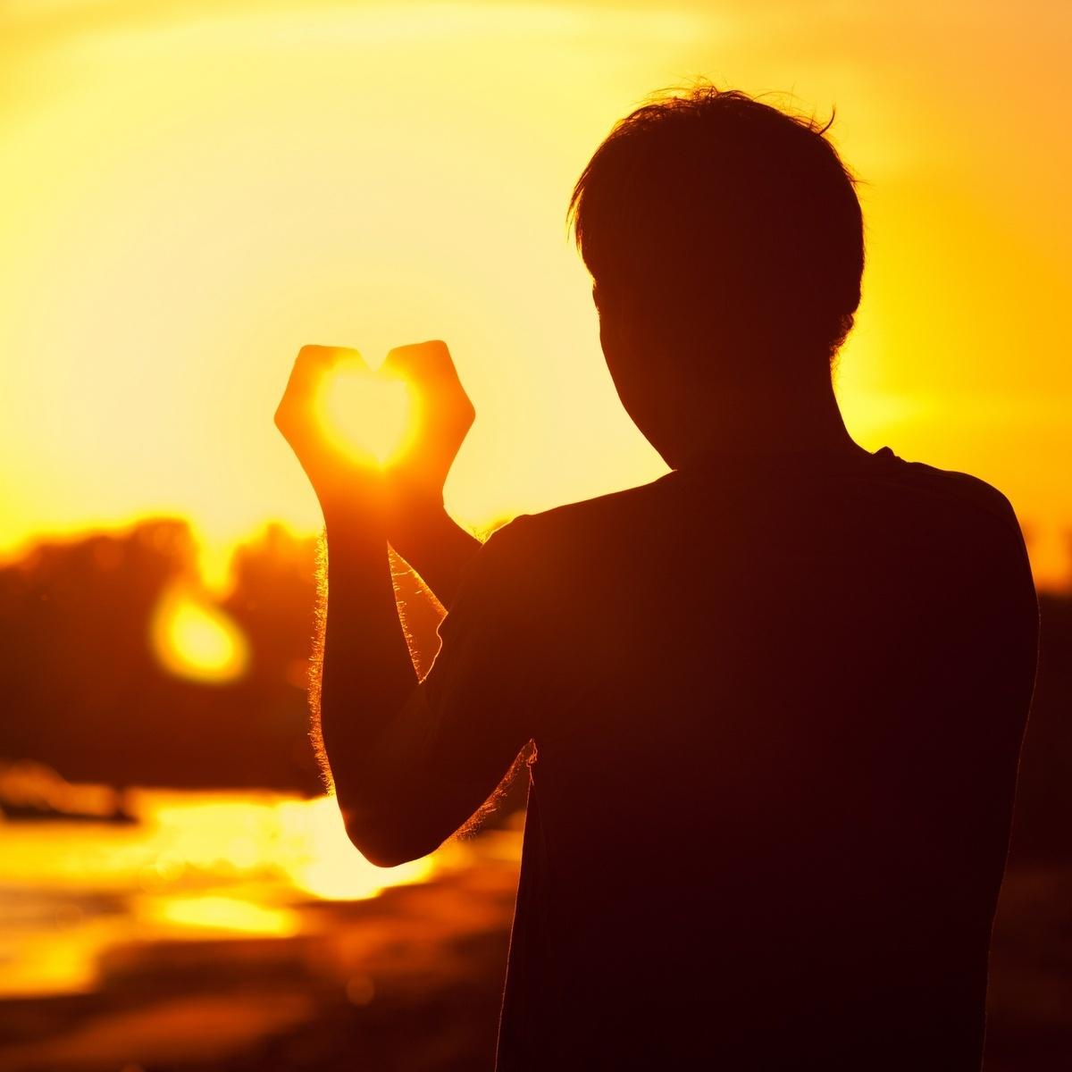 настроенный фото человека держащего солнце секрет русская